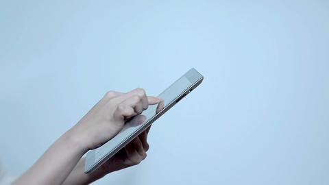 タブレットPCで写真を見てる若い女性 Stock Video Footage