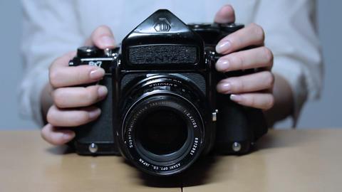 古いカメラを操作する女性(Old Style Camera)