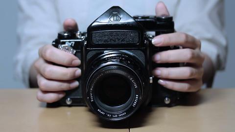 古いカメラを操作する女性(Old Style Camera) 0