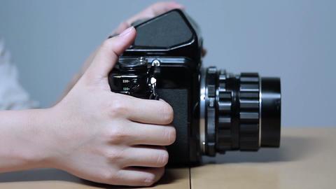 古いカメラを操作する女性(Old Style Camera) 1