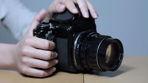 斜め方向から写真を撮る女性 Stock Video Footage