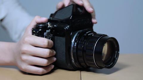 古いカメラを操作する女性(Old Style Camera) 2