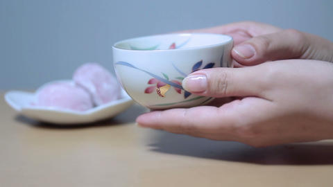 日本茶日和(Beautiful Young Woman's Hand Pouring Tea Japan) 1