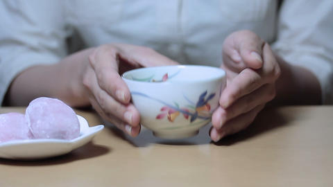 日本茶日和(Beautiful Young Woman's Hand Pouring Tea Japan) 2