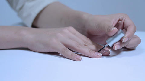 マニキュアを塗る若い女性 Footage
