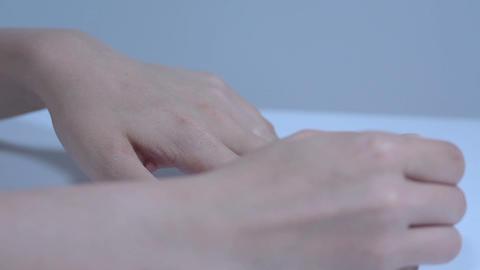 マニキュアを塗る若い女性 Stock Video Footage