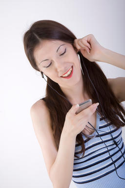 young woman listening to music ภาพถ่าย