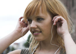 Woman listening to music outdoor Foto
