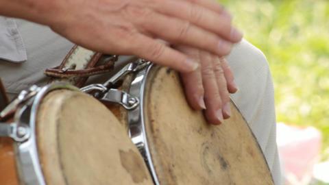 Man Banging Bongo Drums 圖片