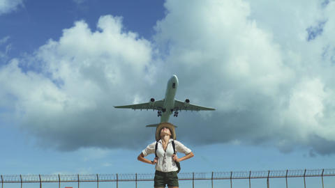 Happy Woman Enjoy Holiday Under Flying Plane Filmmaterial