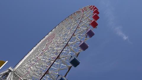 Ferris Wheel and windmill spinning Osaka TenpoZan Japan/観覧車と快晴・大 ライブ動画