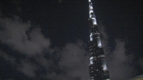 Arabic man tilt to the Burj khalifa Stock Video Footage
