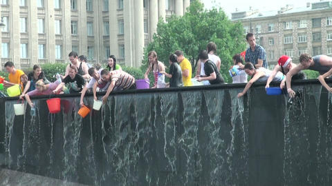 Young people trying to enter the water in a bowl a Stock Video Footage