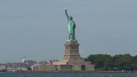 The Statue of Liberty zoom-out from government isl Stock Video Footage