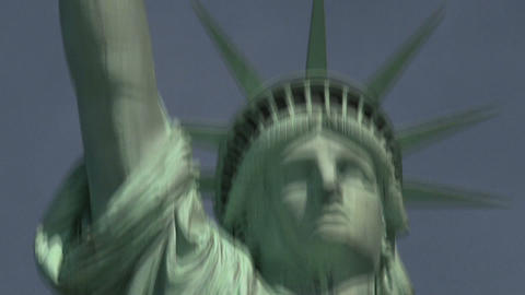The Statue of Liberty tilt to face Stock Video Footage