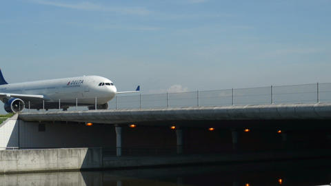 Delta airplane on Taxiway bridge 11021 Stock Video Footage
