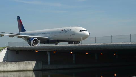 Delta airplane on Taxiway bridge 11021 Footage