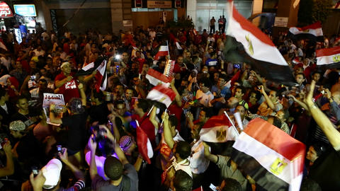 Protestors jam the streets and wave flags in Cairo Footage
