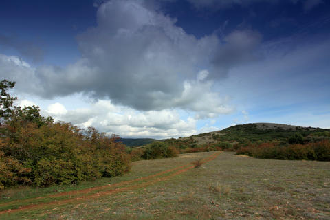 4K. Movement of the clouds on the mountain on a di Stock Video Footage