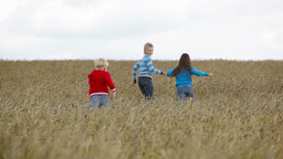 Kids Running Far Away Out In The Fields Filmmaterial