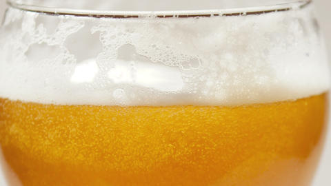 Beer foam and bubbles in the glass ビデオ