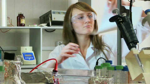 woman in laboratory Videos de Stock