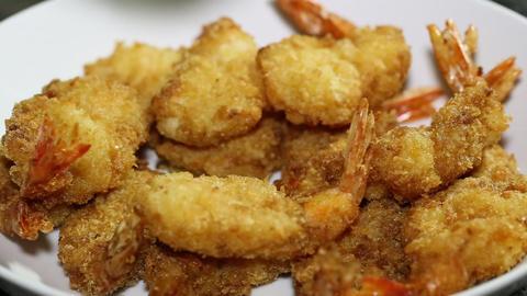 Eating baked shrimp ビデオ