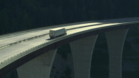 Truck on high bridge 02 ビデオ
