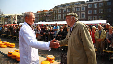Hand Clapping Bidding On Cheese At Alkmaar Dutch C stock footage