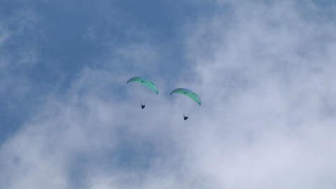 acrobatic paragliding synchro green 21 Stock Video Footage