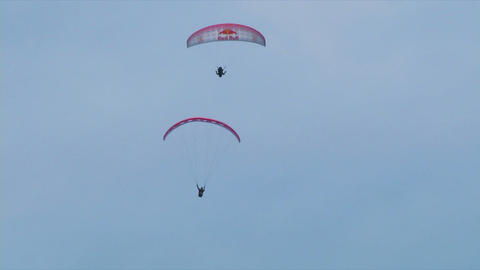 acrobatic paragliding synchro white red 25 (slow m Stock Video Footage