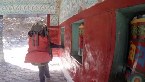 2.7K. HIMALAYAS, NEPAL - MARCH, 2014: Tourists spi Stock Video Footage