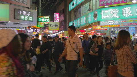 many people walking through the fenjia night marke Live影片