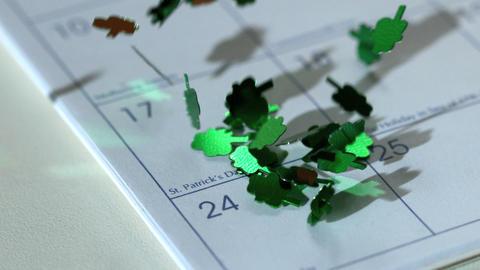 Shamrock confetti falling on calander Filmmaterial