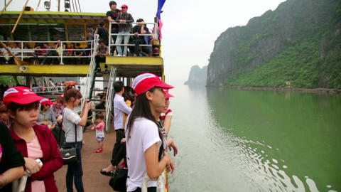 HALONG BAY, VIETNAM - MAY 2014: ferry transportati Footage