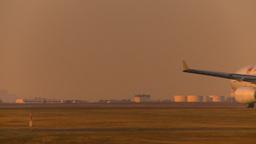 HD2009-9-36-27 A340 takeoff LL smoky sky ビデオ