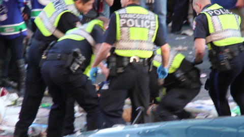 Police officer delivers elbow strikes to rioter -  Footage