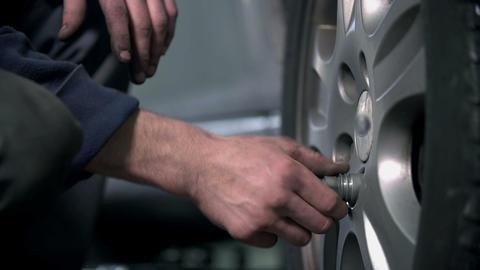 Detail of loosening the screws Footage