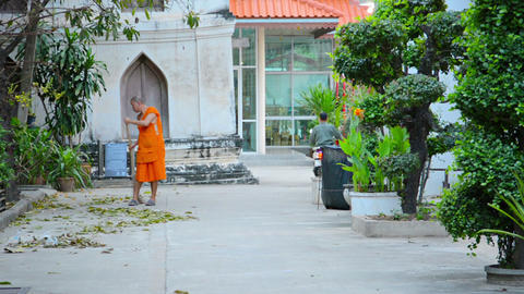 BANGKOK. THAILAND - CIRCA NOV 2013: Monk sweeps te Footage