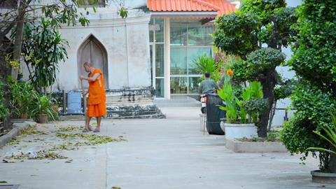 BANGKOK. THAILAND - CIRCA NOV 2013: Monk sweeps te Live Action