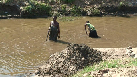 Malawi: african women takes soil from the river bottom Footage