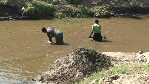 Malawi: african women takes soil from the river bottom Stock Video Footage
