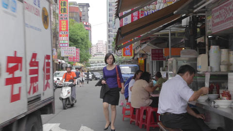day - taiwan people eat lunch with traffic 影片素材