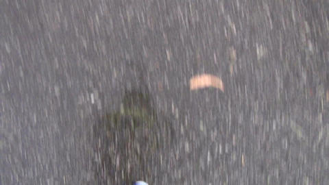 Single runner running in shower on the road Live影片