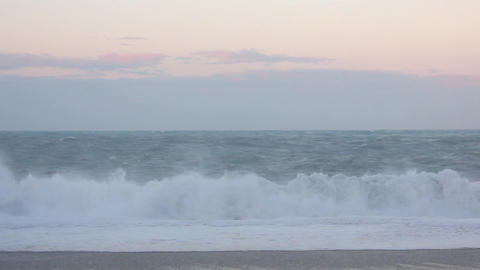 Strong wind and big waves with sunset background Live影片