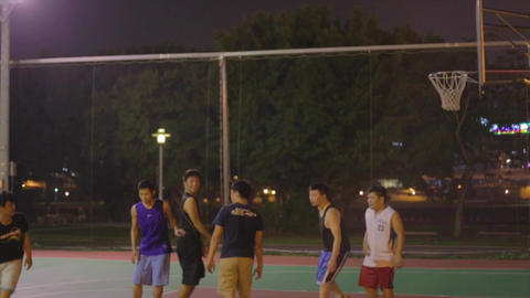 Taiwanese men play night basketball - 3 pointer Live影片