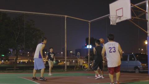 Taiwanese men play night basketball - layup Live影片
