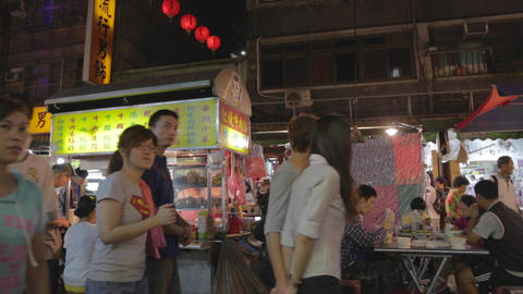 people dining at food stand - at Raohe night marke Live影片