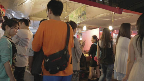 Raohe night market - people shopping and walking Live影片