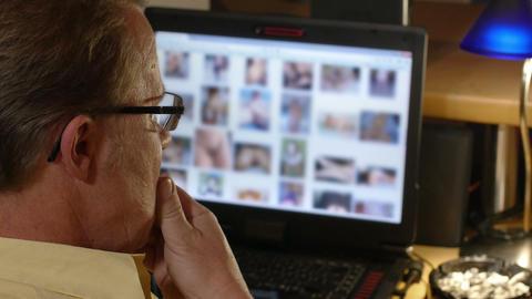 4k UHD SEQUENCE man watch nude internet cont 11574 ビデオ
